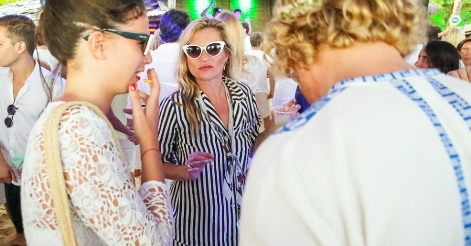 01.jan.2015 - Kate Moss chamou a atenção pela roupa escolhida para a virada do ano na Festa do Taípe, em Trancoso, na Bahia. A top britânica escolheu um conjunto listrado que parecia um pijama