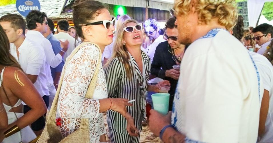 01.jan.2015 - Kate Moss se diverte com amigos na Festa do Taípe, em Trancoso, na Bahia. A top britânica escolheu um conjunto listrado que parecia um pijama