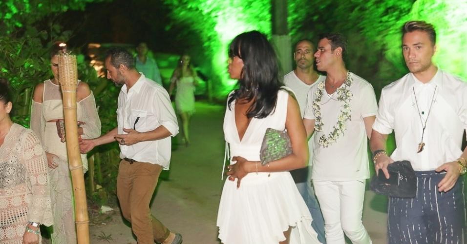 01.jan.2015 - Naomi Campbell chega para a festa de Réveillon em Trancoso, na Bahia, com um vestidinho branco