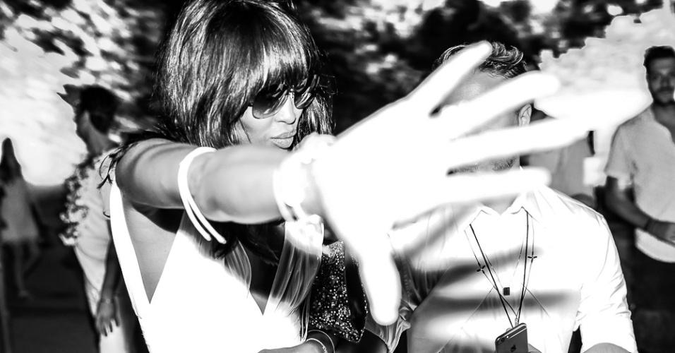 01.jan.2015 - Naomi Campbell se irrita com fotógrafo ao perceber que está sendo clicada na festa do Taípe, em Trancoso, na Bahia