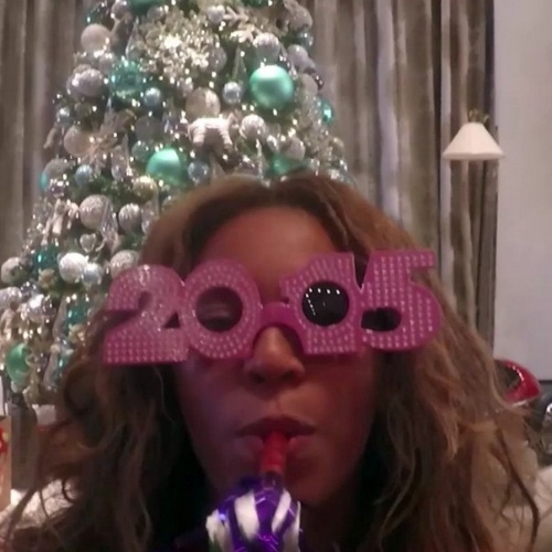 1.jan.2014- Animada, Beyoncé usa óculos de 2015 para celebrar a chegada do novo ano