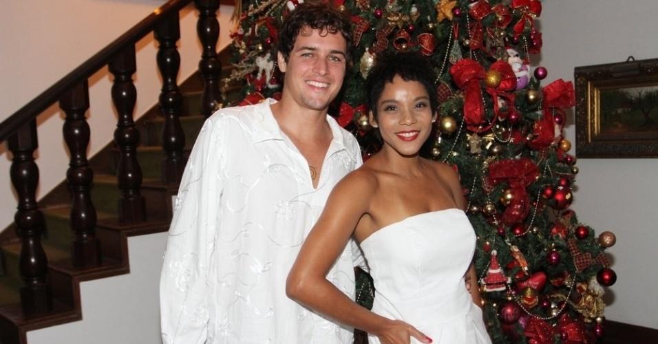 1.jan.2014- Felipe Dylon e Aparecida Petrowky curtiram o Ano Novo na mansão de Bruno Chateubriand e André Ramos na Gávea, zona sul do Rio
