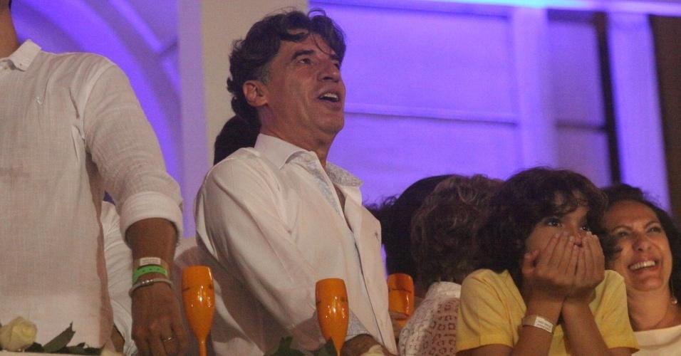 1.jan.2014- Paulo Betti fica encantado ao observar os fogos da varanda do hotel Copacabana Palace