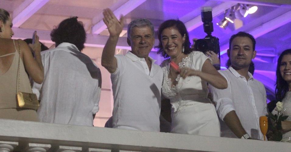 """1.jan.2014- Simpáticos, os atores de """"Império"""", José Mayer e Lilia Cabral acenam para o público presente em Copacabana"""