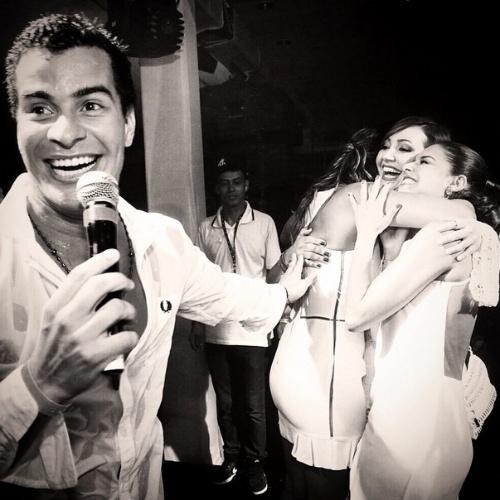 1.jan.2014- Thiago Martins sorri enquanto Paloma Bernardi festeja 2015 com um abraço na atriz Josie Pessoa e na promoter carioca Carol Sampaio
