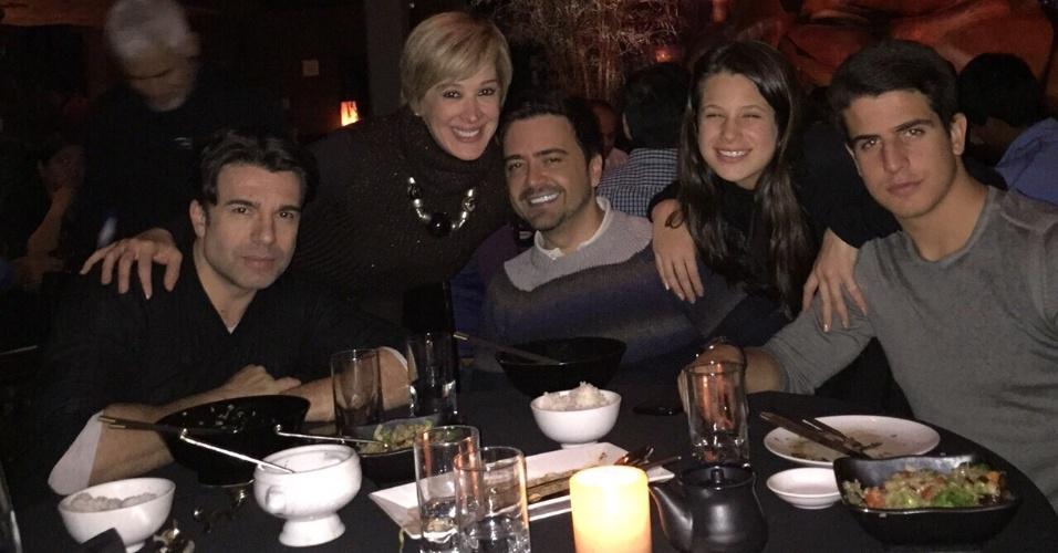 Claudia Raia comemorou o aniversário em Nova York, com o marido, o autor amigo e os dois filhos. Da esquerda para a direita: Jarbas Homem de Mello, Claudia Raia, Daniel Ortiz, Sophia Celulari e Enzo Celular