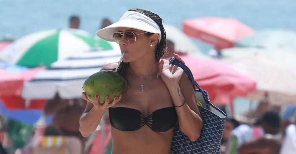 2.jan.2015 - Após curtir a praia, Deborah Secco vai embora tomando água de coco