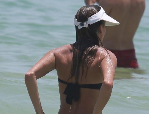 2.jan.2015 - No mar da Barra da Tijuca, Deborah Secco já uma ajeitadinha no biquíni