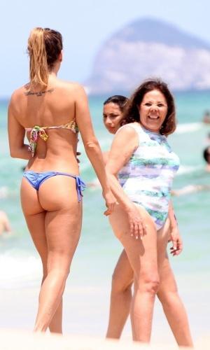 Deborah Secco chama atenção ao exibir boa forma na praia da Barra da Tijuca, no Rio