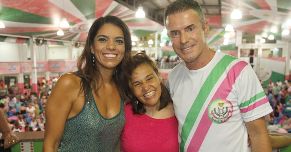 3.jan.2015 - A atriz Cláudia Rodriguse (centro) ao lado do presidente da Mangueira, Chiquinho da Mangueira, e a mulher, Priscilla Habib