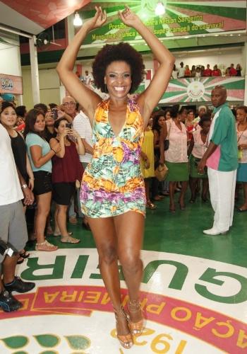 3.jan.2015 - A atriz Valquíria Ribeiro cai no samba na quadra da Mangueira, no Rio