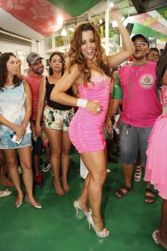 3.jan.2015 -  A ex-rainha de bateria da escola Renata Santos dança na quadra da escola
