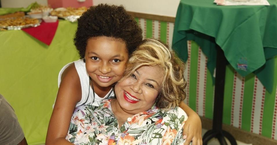 3.jan.2015 - JP Rufino posa com a cantora Alcione, na quadra da Mangueira