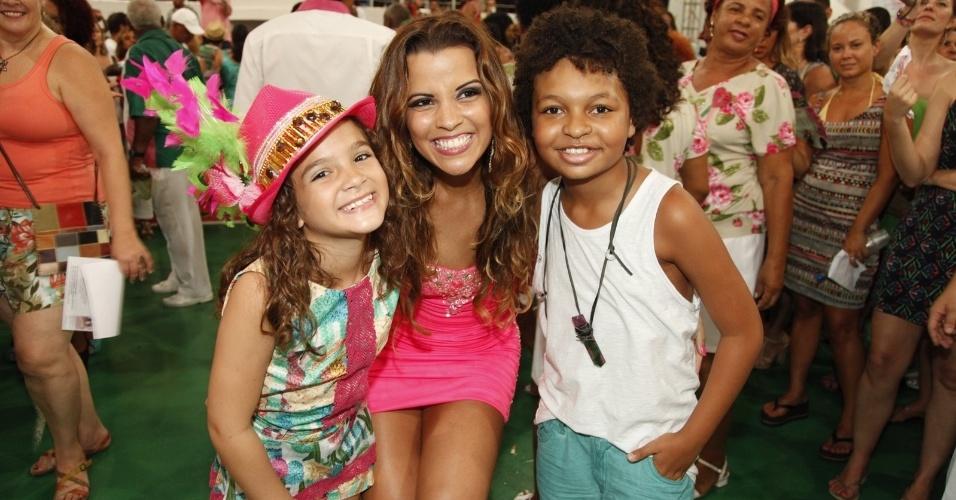 3.jan.2015 - Os atores mirins Mel Maia e JP Rufino posam com Renata Santos, ex-rainha de bateria da escola