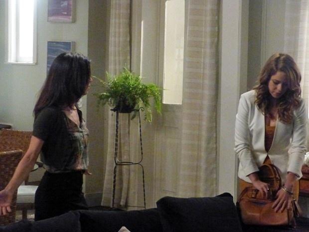 Cora (Marjorie Estiano) exige que Cristina (Leandra Leal) lhe dê alguns benefícios, como carro e roupas novas