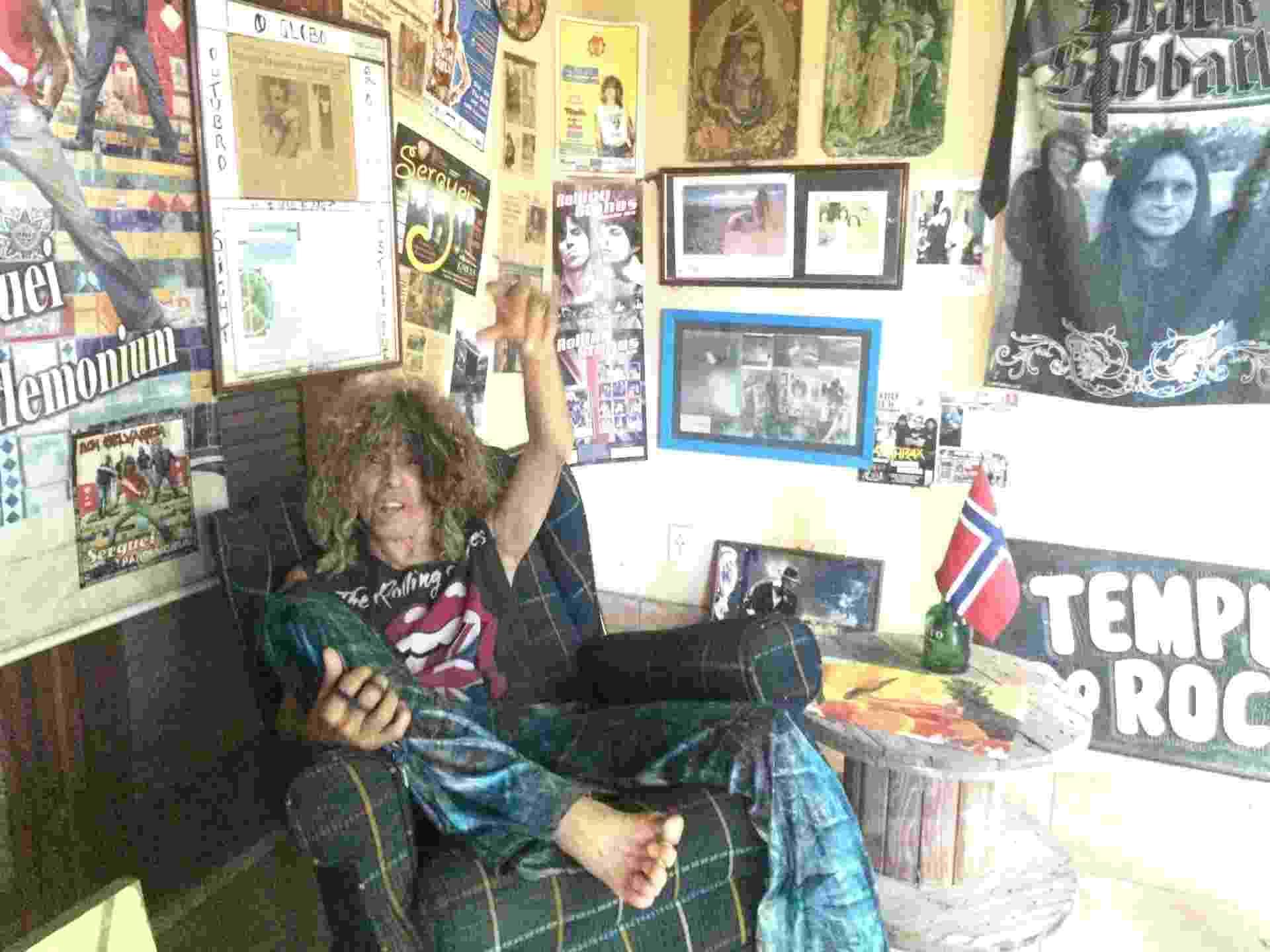 5.jan.2015 - Cercado por imagens icônicas do rock, Serguei descansa em um sofá na varanda de casa - Felipe Branco Cruz/UOL