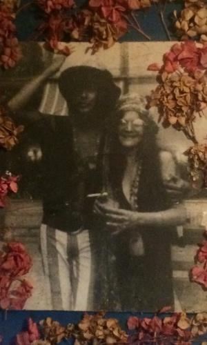 5.jan.2015 - Foto de Serguei ao lado de Janis Joplin em 1968, na Califórnia, exposta no Templo do Rock, em Saquarema (RJ)