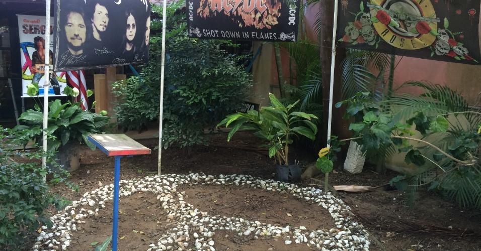 5.jan.2015 - Jardim em frente ao Templo do Rock exibe o símbolo da paz e imagens de bandas icônicas