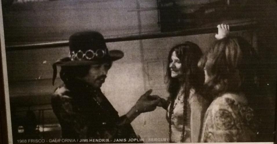 5.jan.2015 - Nesta foto, exposta no Templo do Rock, Serguei aparece ao lado de Jimi Hendrix e Janis Joplin em 1968, em San Francisco, na Califórnia