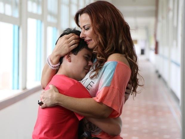 Luciano (Yago Machado) e Naná (Viviane Araújo) se emocionam durante a despedida em