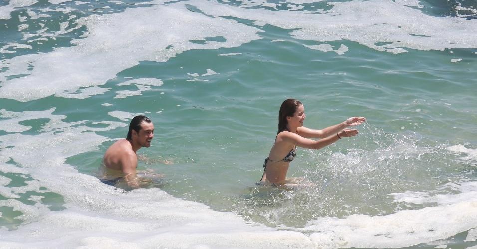 06.jan.2014-Eles sempre negaram o namoro, mas Nathalia Dill e Sergio Guizé foram flagrados em clima de romance na tarde desta terça-feira (6)na Prainha, Zona Oeste do Rio de Janeiro