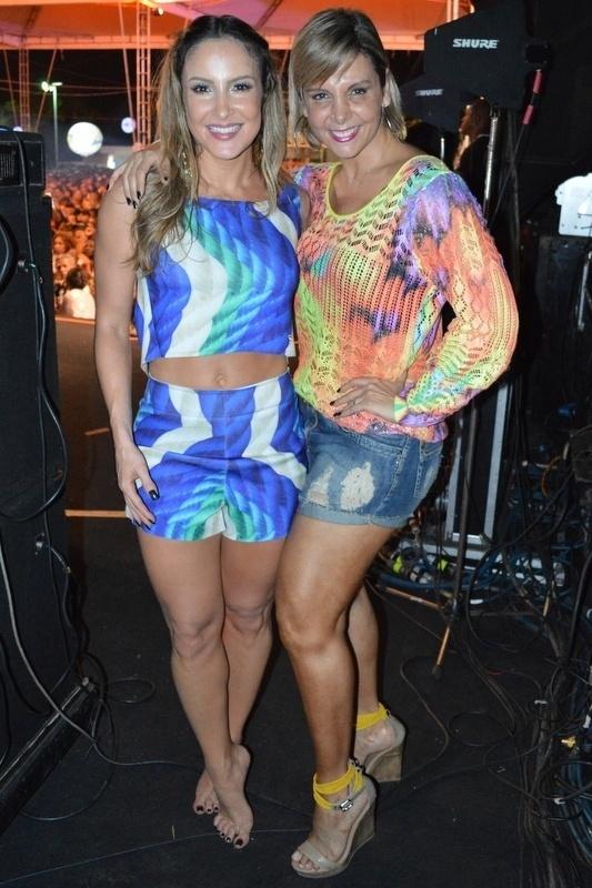 5.jan.2015 - Após se apresentar, Claudia Leitte agradece e abraça Carla Perez nos bastidores do ensaio do Harmonia do Samba para o verão 2015, no Wet'n Wild, em Salvador, nesta segunda-feira