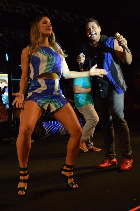 5.jan.2015 - Claudia Leitte requebra no ensaio do Harmonia do Samba para o verão 2015, no Wet'n Wild, em Salvador, nesta segunda-feira