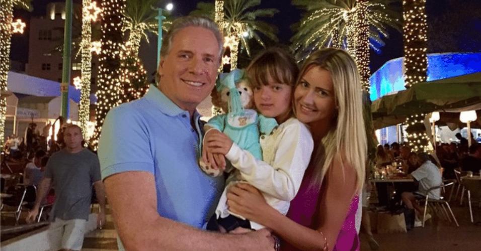 5.jan.2015 - Roberto Justus leva a filha Rafaella e a namorada, Ana Paula Siebert, para uma viagem à Miami, nos Estados Unidos, e mostra o momento no Instagram