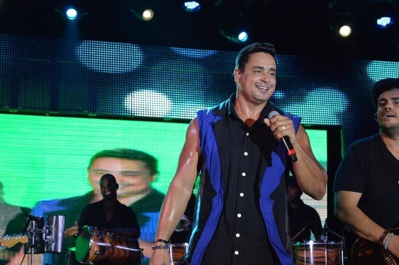 5.jan.2015 - Xanddy comanda o ensaio do Harmonia do Samba para o verão 2015, no Wet'n Wild, em Salvador, nesta segunda-feira