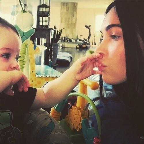 6.jan.2015 - A atriz Megan Fox publicou uma foto em que brinca com seu filho caçula, Bodhi, de 11 meses