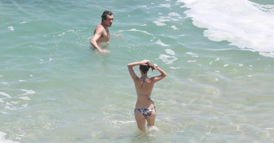 """6.jan.2015 - Nathalia Dill e Sérgio Guizé, protagonistas da novela """"Alto Astral"""", curtem dia na praia no maior clima de romance"""