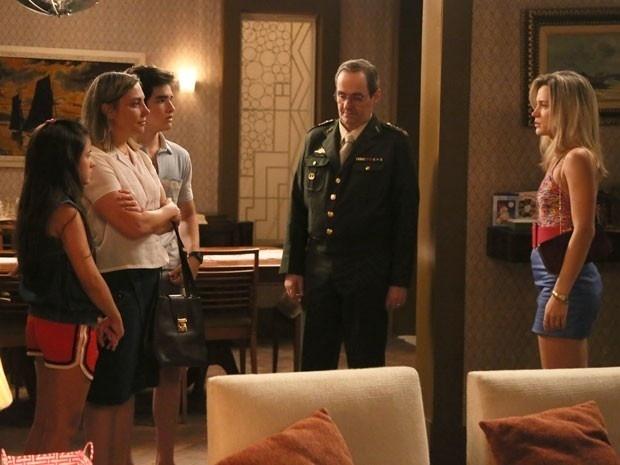 Após enganar a todos com falsa doença, Vitória (Bianca Bin) tenta convencer a dona de casa a ficar