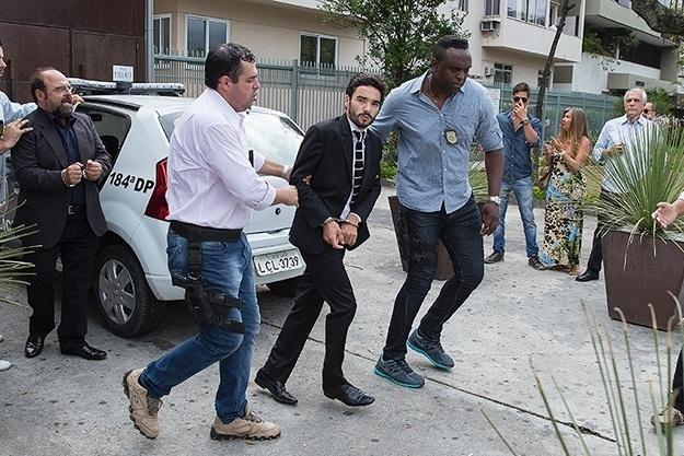 José Pedro (Caio Blat) é preso no momento em que recebia uma maleta cheia de euros do negociador