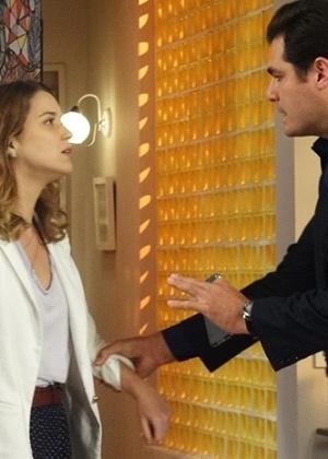 Marcos é quem avisa Laura sobre a fuga de Caíque