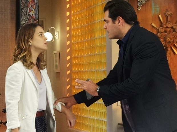 Marcos (Thiago Lacerda) é quem avisa Laura (Nathalia Dill) sobre a fuga de Caíque (Sergio Guizé)