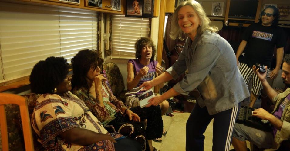 5.jan.2015 - Dentro do motorhome Serguei recebe um disco autografado de Angela Rô Rô