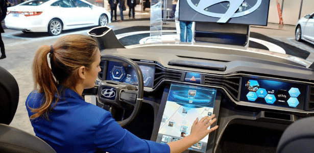 Hyundai é uma das fabricantes generalistas que apostam em carros conectados: painéis de instrumentos lembram celulares de ponta e interface reconhece gestos - Yonhap/EFE