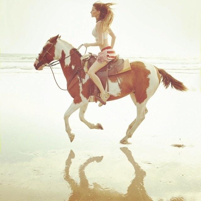 """08.jan.2015- Gisele Bündchen postou foto nesta quinta-feira (8) nas suas redes sociais em que aparece andando a cavalo perto do mar. """"Freedom!!! Liberdade!!!"""", escreveu a modelo na legenda. A imagem rendeu vários comentários de fãs internacionaios elogiando a beleza da brasileira"""
