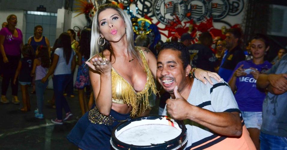 6.jan.2015 - Ana Paula Minerato posa com integrante da Gaviões da Fiel na quadra da escola