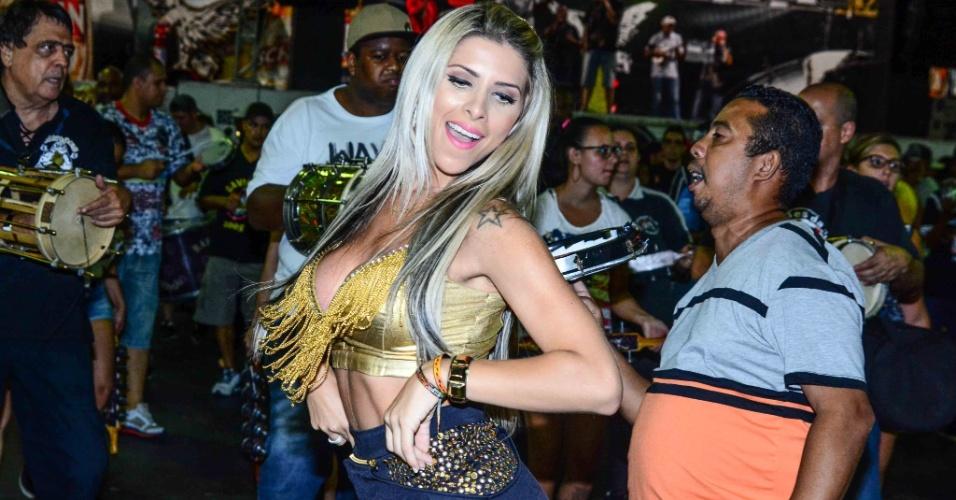 6.jan.2015 - Ana Paula Minerato samba muito na quadra da Gaviões da Fiel.