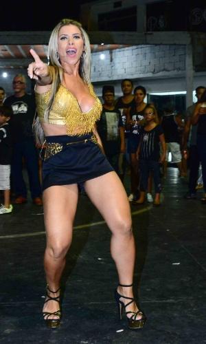 6.jan.2015 - Ana Paula Minerato samba muito na quadra da Gaviões da Fiel. A musa da agremiação exibe suas pernas em um microshorts
