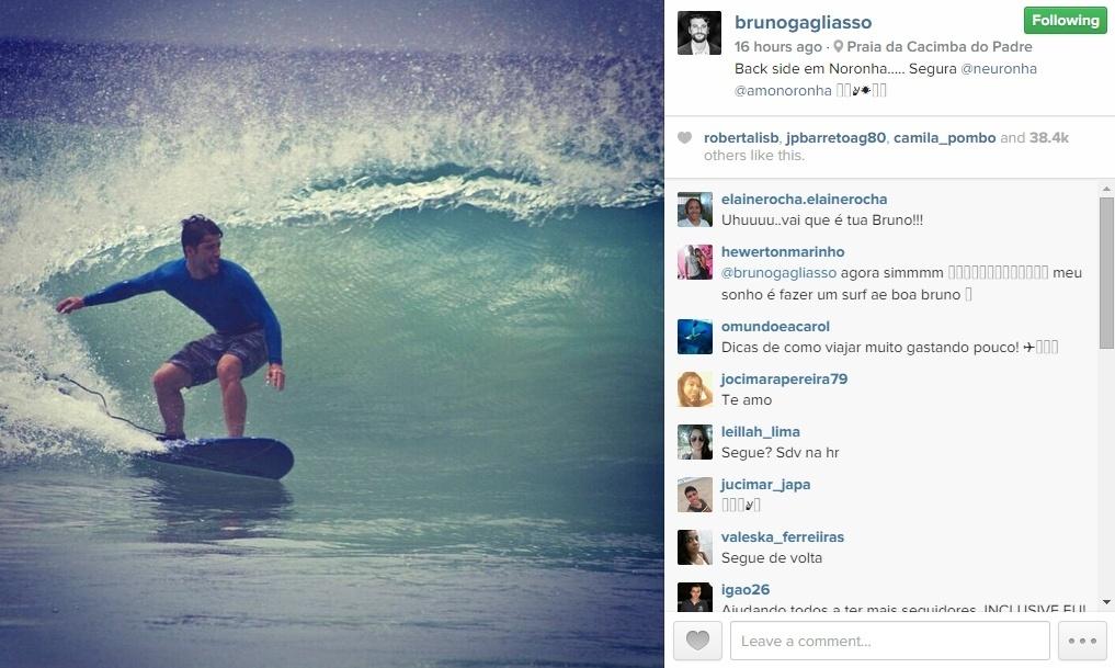 7.han.2014 - Bruno Gagliasso mostra seus dotes de surfista em Fernando de Noronha: