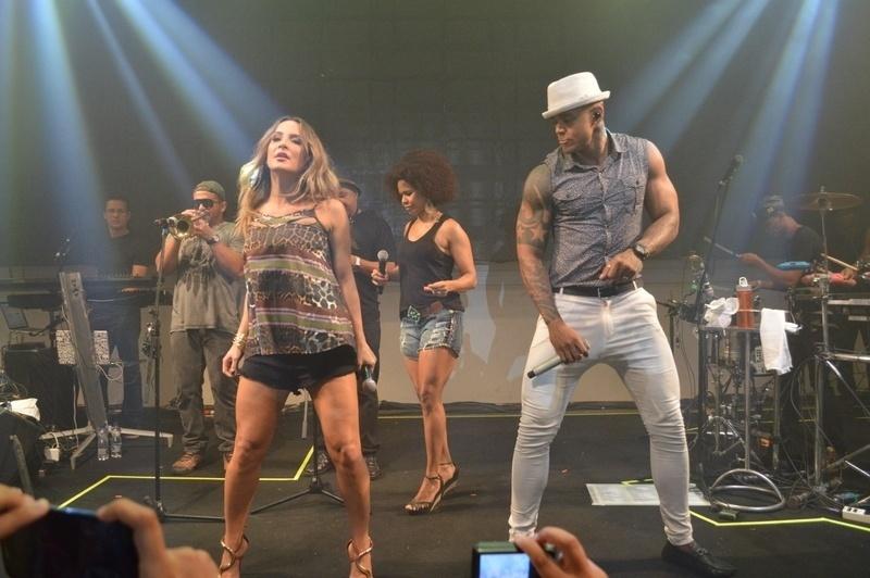 8.jan.2014 - Leo Santana recebe Claudia Leitte para seu primeiro ensaio de Carnaval na madrugada desta quinta-feira, na casa de shows Paddock, em Piatã, em Salvador