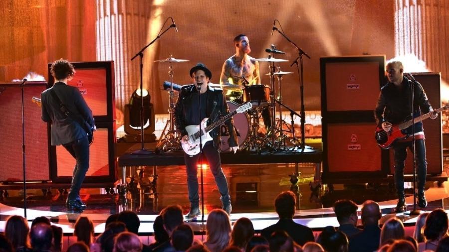 """8.jan.2015 - O grupo Fall Out Boy anima o público da 41ª edição do People""""s Choice Awards, na madrugada deste quinta-feira, no Nokia Theatre, em Los Angeles, nos Estados Unidos - Kevin Winter/Getty Images/AFP"""