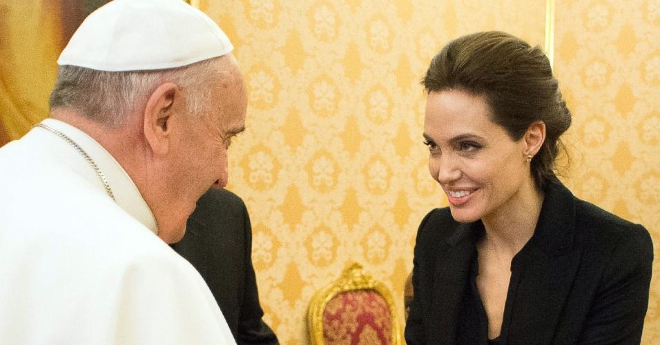 8.jan.2015 - A atriz e cineasta Angelina Jolie encontra o papa Francisco durante visita ao Vaticano em que exibiu seu novo filme,