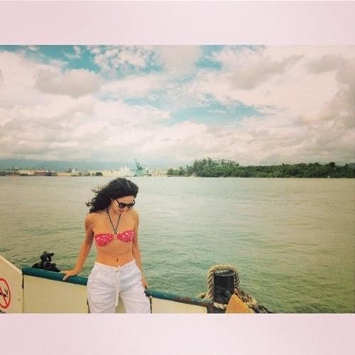 8.jan.2015 - Aos 51, Cláudia Ohana exibe barriga chapada ao compartilhar foto no Instagram e desejar bom dia aos seguidores. A atriz está curtindo as férias no litoral de São Paulo
