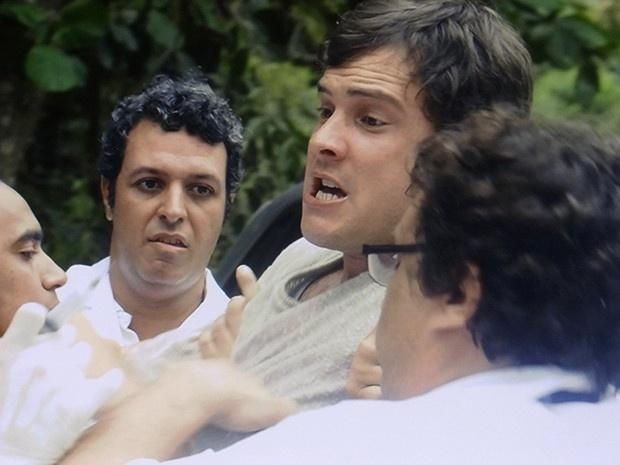 8.jan.2015 - Mesmo sem resistir, Caíque (Sergio Guize) é dopado pelos enfermeiros e volta para clínica