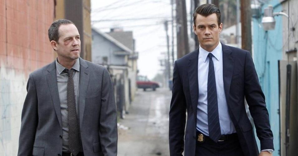 "Russ Agnew (Dean Winters) e Milton Chamberlain (Josh Duhamel) na série ""Battle Creek"""