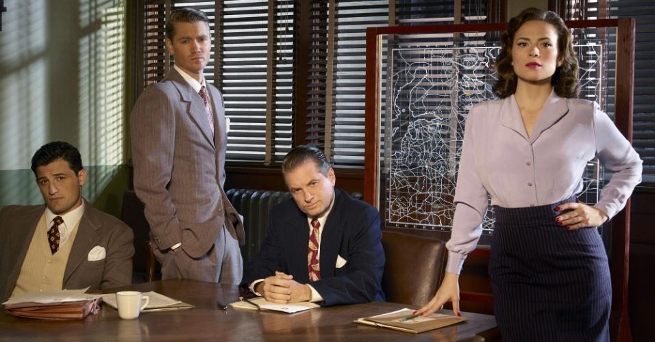 "Daniel Sousa (Enver Gjokaj), Jack Thompson (Chad Michael Murray), Roger Dooley (Shea Whigham) e Peggy Carter (Hayley Atwell) na série ""Marvel's Agent Carter"""