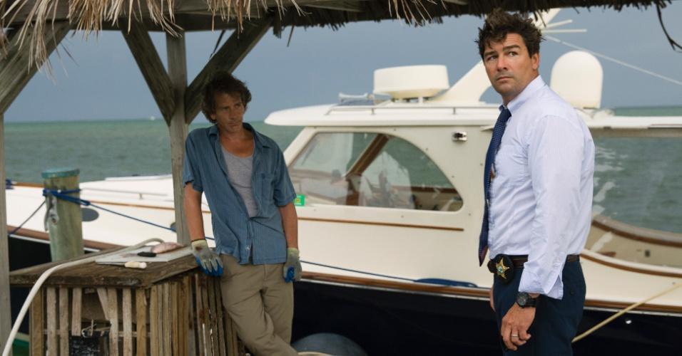 """Danny Rayburn (Ben Mendelsohn) e John Rayburn (Kyle Chandler) na série """"Bloodline"""""""